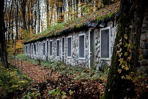 There's A Creepy Abandoned Motel In These Michigan Woods